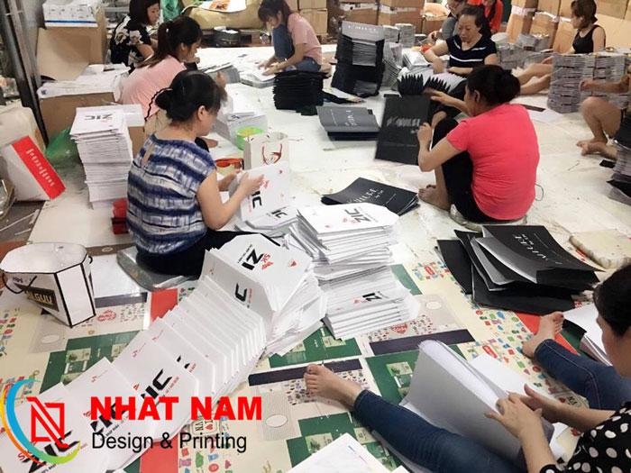 Hình ảnh thợ gia công tại xưởng in Nhật Nam